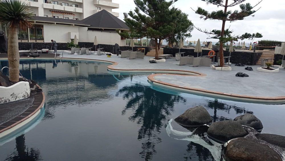 El agua de las piscinas de los hoteles se vuelve negra por las cenizas del volcán
