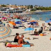 Imagen de una playa de Menorca en temporada alta.