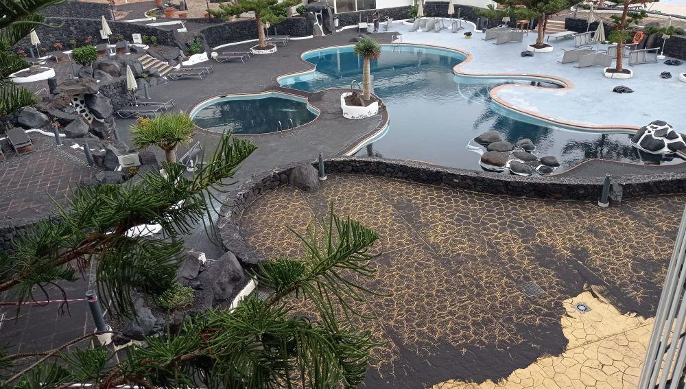 Las cenizas cubren las superficies de los hoteles en La Palma