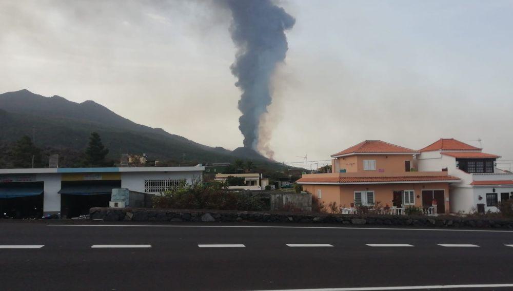 Columna negra del volcán de gases y ceniza