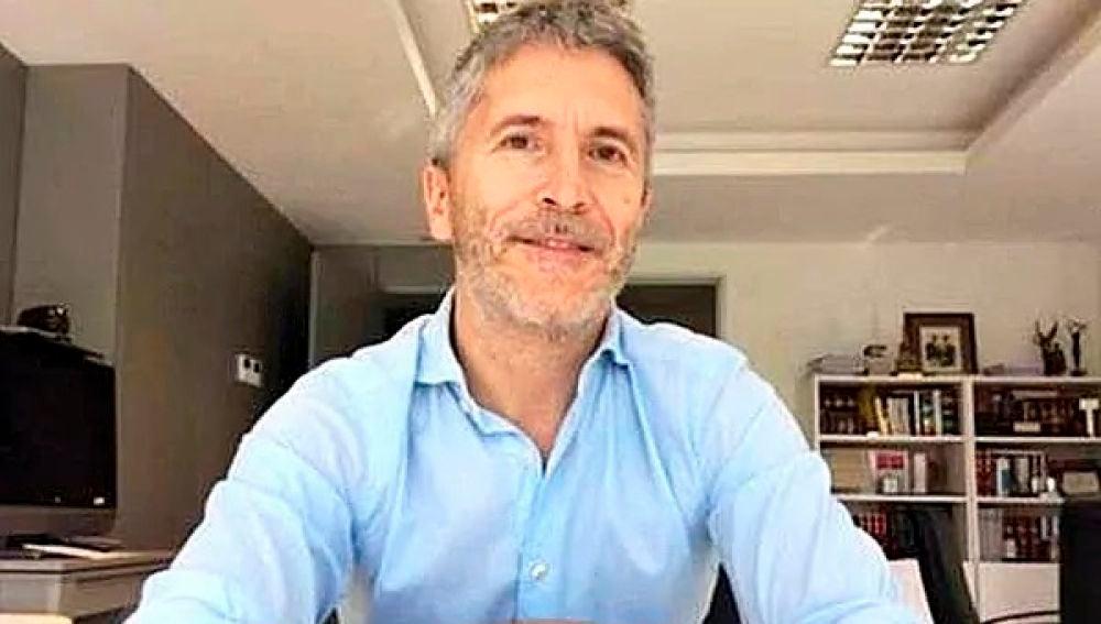 Fernando Grande - Marlaska mostrando su tatuaje en un acto de apoyo al pueblo gitano