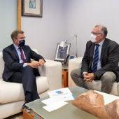 Fejóo prioriza co alcalde de Valdeorras melloras sanitarias