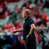 Koeman durante el partido ante el Benfica