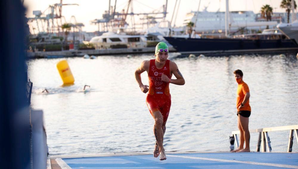 Pedro de la Torre, saliendo del segmento de natación en el Campeonato de Europa de triatlón olímpico.