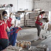 Voluntarios de Cruz Roja organizan el reparto de comida