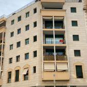"""Un edificio de viviendas de Palma, con el cartel de """"Se Alquila""""."""