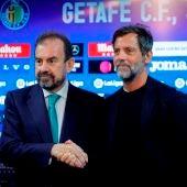 Quique Sánchez Flores en su presentación como entrenador del Getafe junto a Ángel Torres