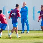 Koeman observa a sus jugadores cerca de Ansu Fati, Sergiño Dest y Philippe Coutinho durante un entrenamiento de la plantilla