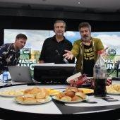 Agustín Jiménez celebra su cumpleaños en 'Más de uno' junto a Carlos Alsina y Carlos Latre