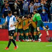 Los jugadores del Betis celebran el tanto del triunfo ante el Alavés en Mendizorroza.