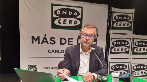 Carlos Alsina desde Ceuta realizando el programa 'Más de uno'