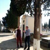 El Ayuntamiento de Herencia comienza una campaña de poda y tratado de todos los arbustos del Camposanto
