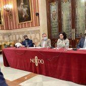 El alcalde Juan Espadas acompañado de los miembros que han puesto en marcha esta iniciativa