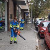 Trabajadores de EMAYA limpiando las calles de Palma.