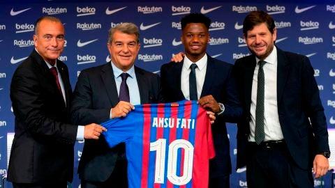 Ansu Fati posa junto a la directiva del Barcelona tras firmar su renovación