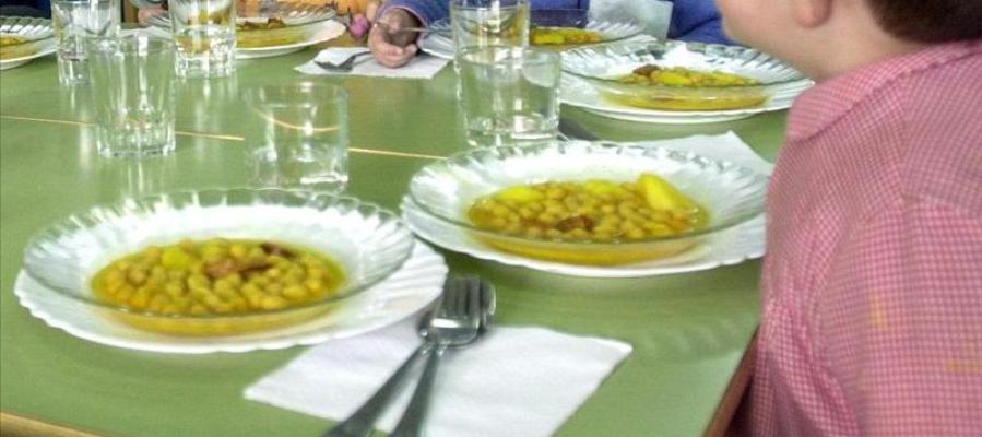 Varios niños en el comedor del colegio.