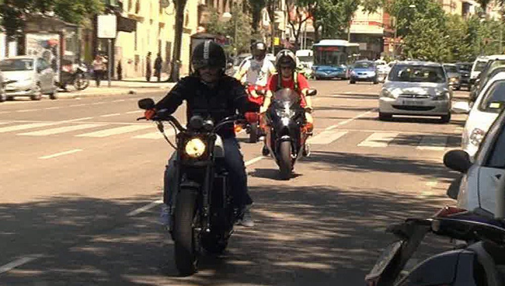 Dos motoristas por las calles de Madrid