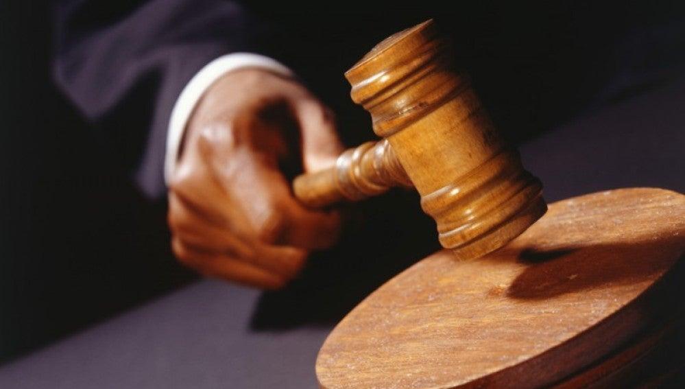 Un juez dicta sentencia