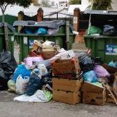 Basura acumulada junto a los contenedores