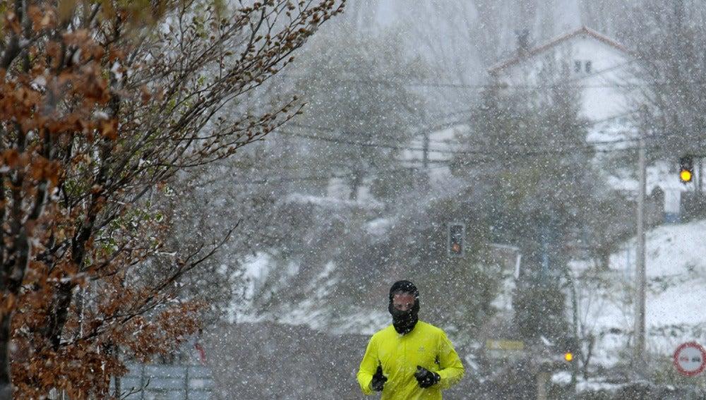 La nieve y las fuertes lluvias obligan a sacar la bufanda en media España