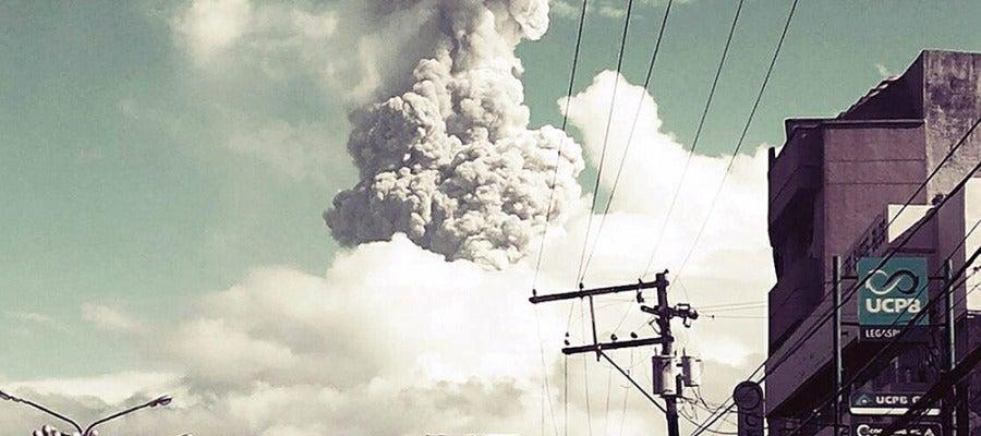 Fotografía del volcán de Mayón durante la explosión