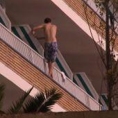 Un turista intentando saltar de un balcón a otro.