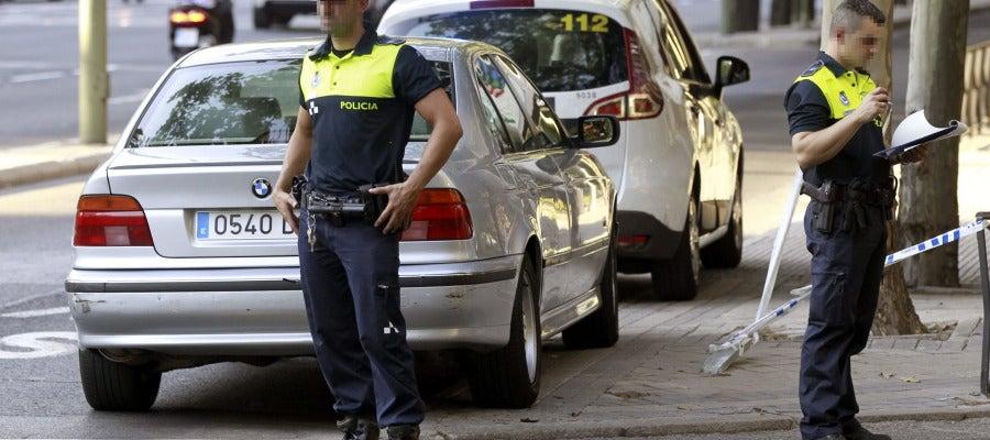 Dos agentes de la Policía Municipal permanecen en el lugar del accidente junto al vehículo implicado