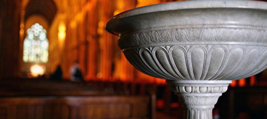 Pila bautismal en el interior de una iglesia