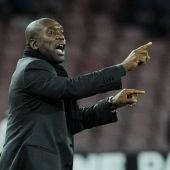 Clarence Seedorf ordena a sus jugadores durante un partido del Milan