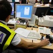 Los agentes de la Policía rastrean posibles delitos en Internet.