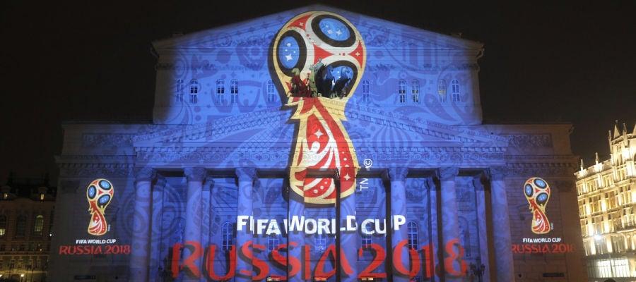 Logotipo del Mundial de Rusia 2018 proyectado sobre el teatro Bolshói