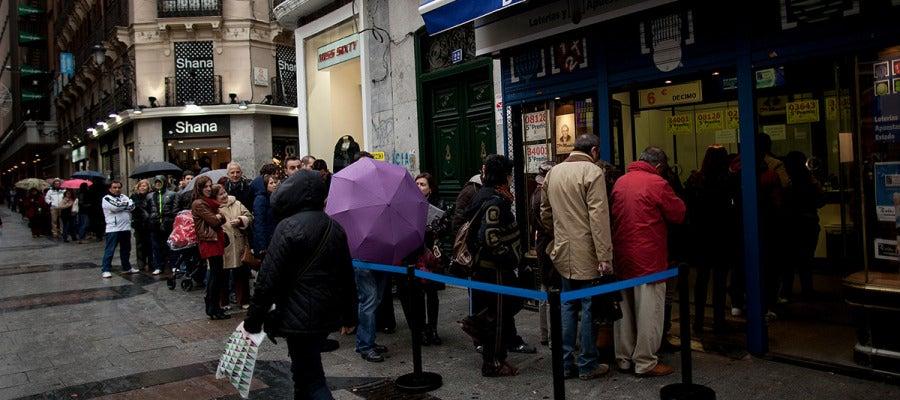 Colas a las puertas de la administración de lotería 'Doña Manolita'.
