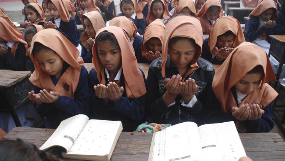 Niños rezan en Pakistán