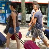 Jóvenes turistas con sus maletas