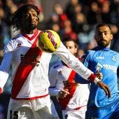 Abdoulaye Ba controla el balón ante Castro