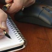 Imagen de una persona tomando notas