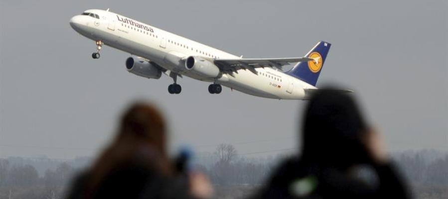 Un avión de Lufthansa sobrevuela dos personas