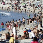Bañistas en la playa de Samíl en la Ría de Vigo