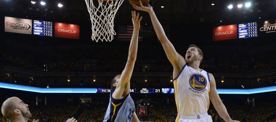 David Lee (d) de Golden State Warriors en acción ante Marc Gasol (c) de Memphis Grizzlies