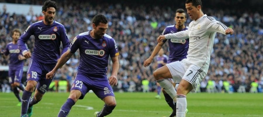 Ronaldo, ante varios jugadores del Espanyol