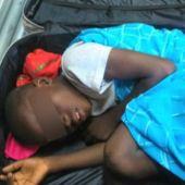Niño encontrado dentro de una maleta en la frontera española