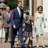 La Familia Real llegando a la Iglesia para celebrar la comunión de la infanta Leonor