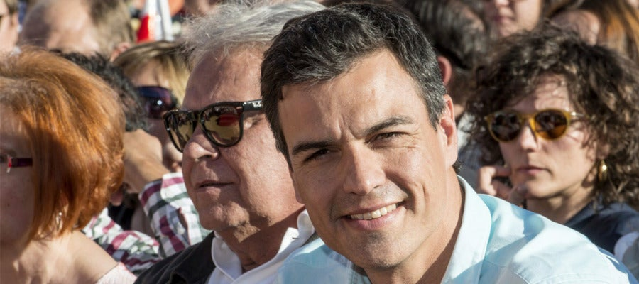 Pedro Sánchez y Felipe gonzález durante el mitin de Cáceres