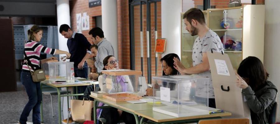 Ciudadanos votando en el 24M