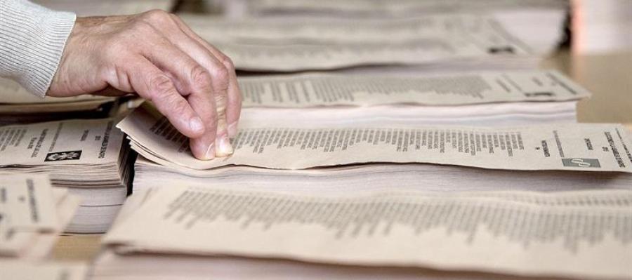 Un ciudadano elige una papeleta