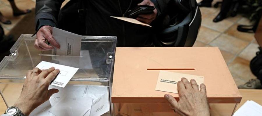 Ciudadano votando en el 24M