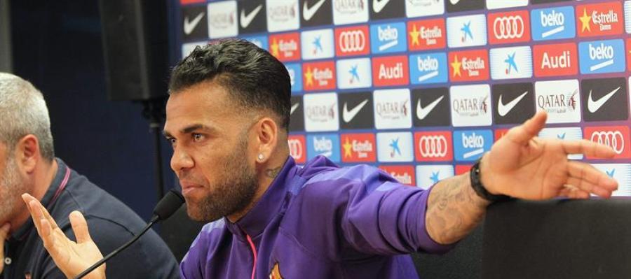 Dani Alves en rueda de prensa