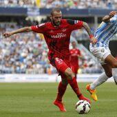 Aleix Vidal controla un balón ante Angeleri