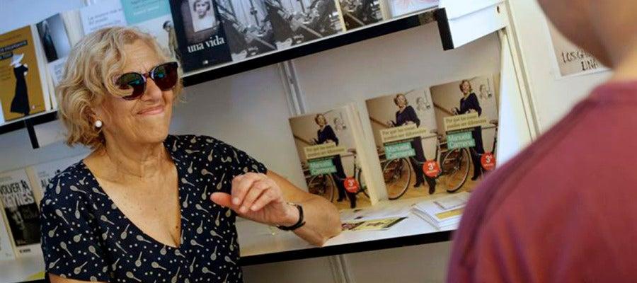 La número uno de Ahora Madrid, Manuela Carmena firmando lsu libro
