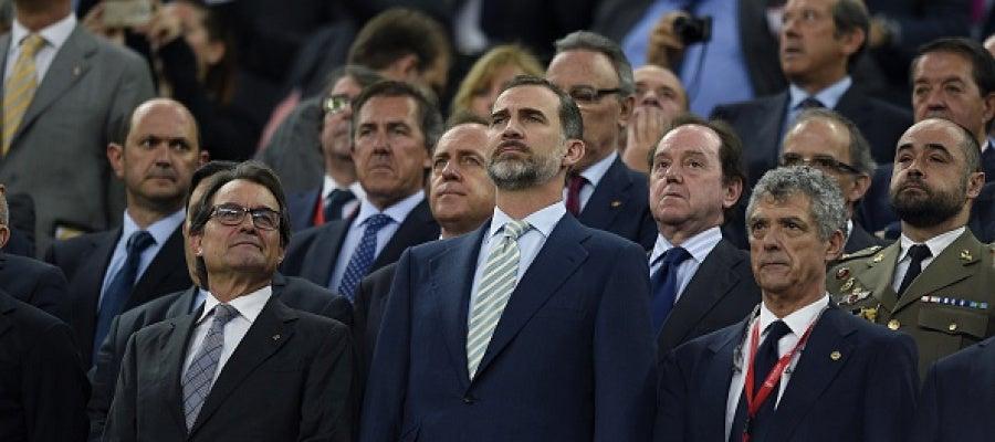 El Rey Felipe VI junto a Artur Mas durante el himno nacional de la Copa del Rey